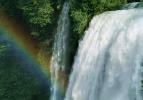 L'acqua alcalina ionizzata non è un'invenzione dell'uomo; l'acqua che Madre Natura ha creato in origine era alcalina ionizzata; poi è arrivato l'inquinamento...